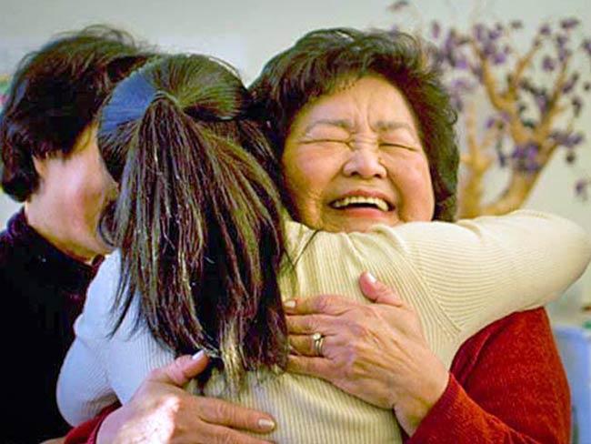 Setsuko Thurlow hugs Ayumi Temlock, December, 2010