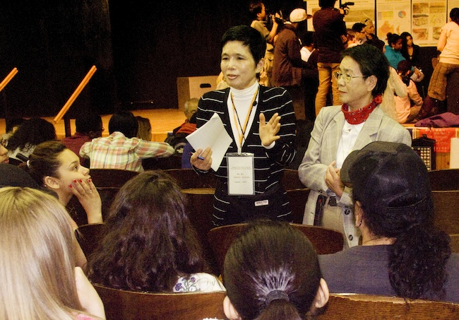 Nagasaki Hibakusha talking to students, May, 2010