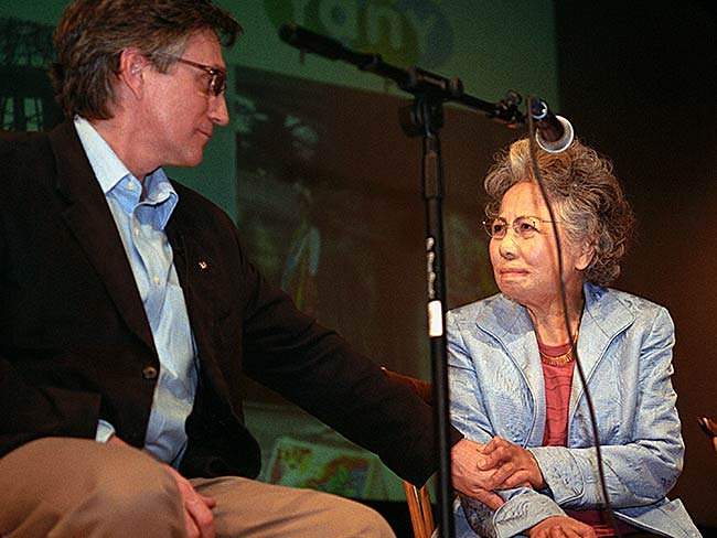 A moment of reconciliation between Clifton T. Daniel and Shigeko Sasamori