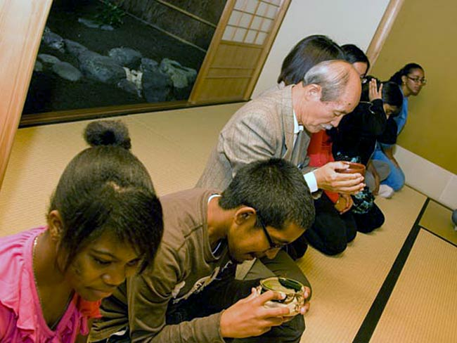 Hirosi Iso and students drink tea