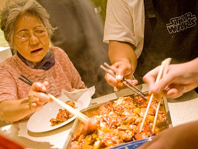 There's more than okonomiyaki. Guests and chefs dig in, Mmmmm.